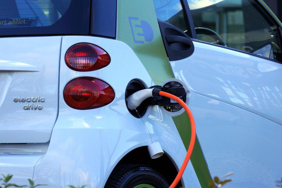 Canva White and Orange Gasoline Nozzle 930x620 - Opony do samochodów elektrycznych