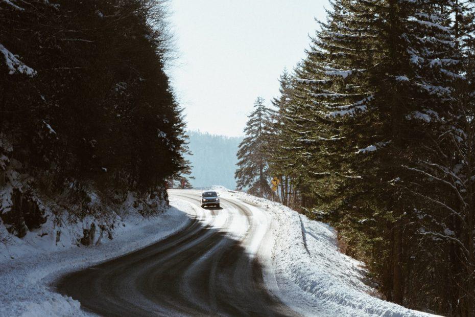 samochod2 930x620 - Kiedy założyć opony zimowe
