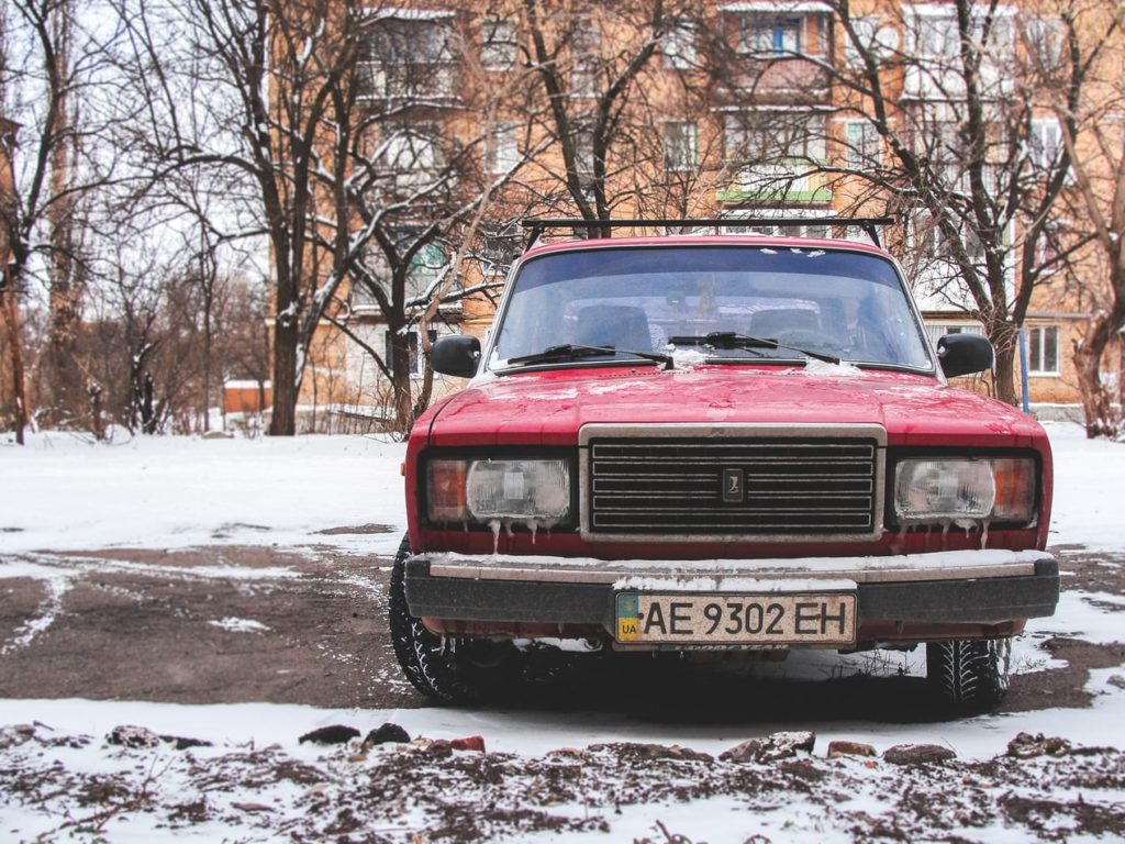 stary samochód zoponami zimowymi